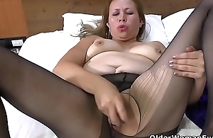 Latina milf Cintia gets aroused in a extreme pair of pantyhose